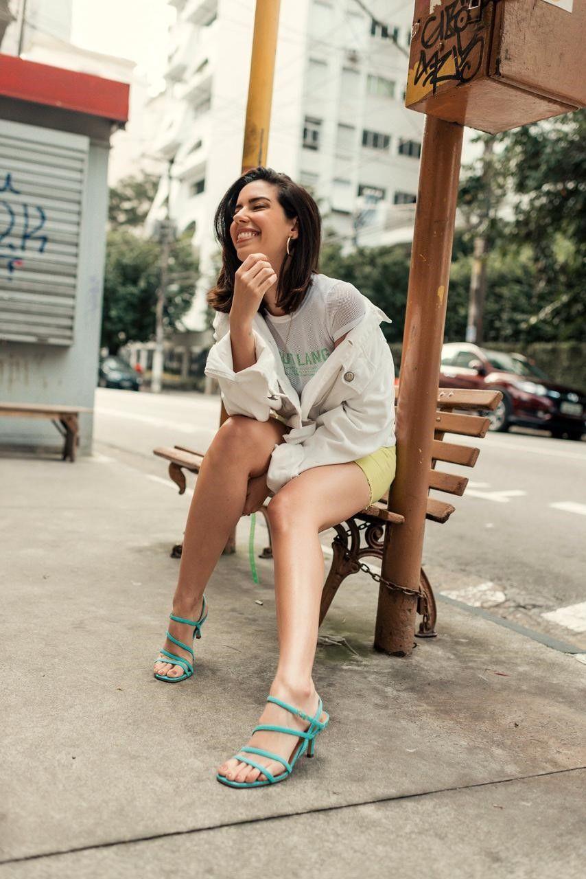 Sapato transparente revive a moda dos anos 90 e 2000.