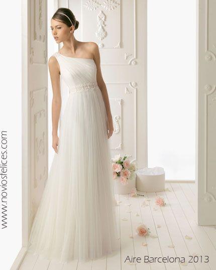 Modelo Ren. Vestido de novia en tul sedoso con escote asimétrico ...