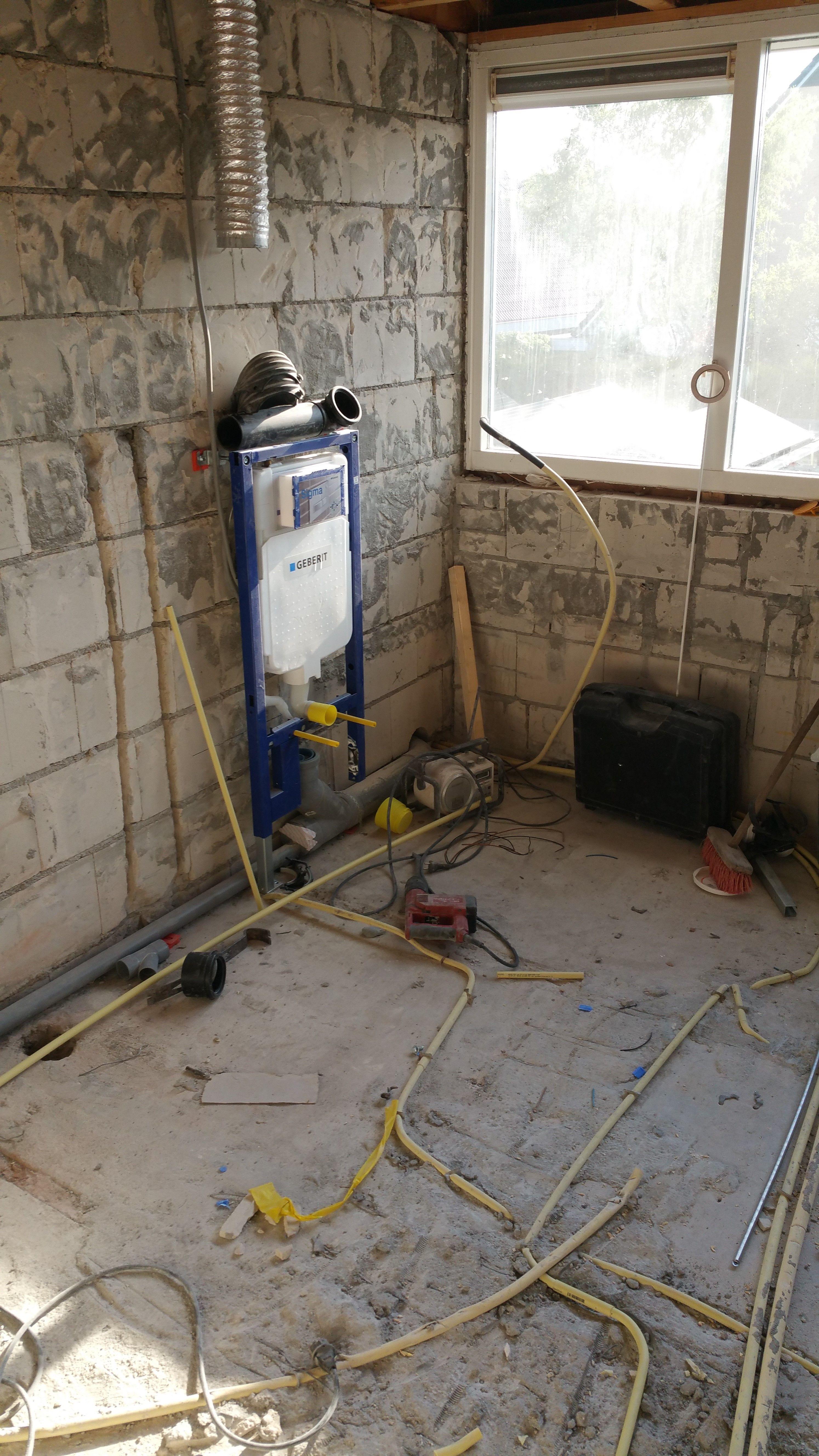 Na de sloop van de oude badkamer wordt het leidingwerk geïnstalleerd ...