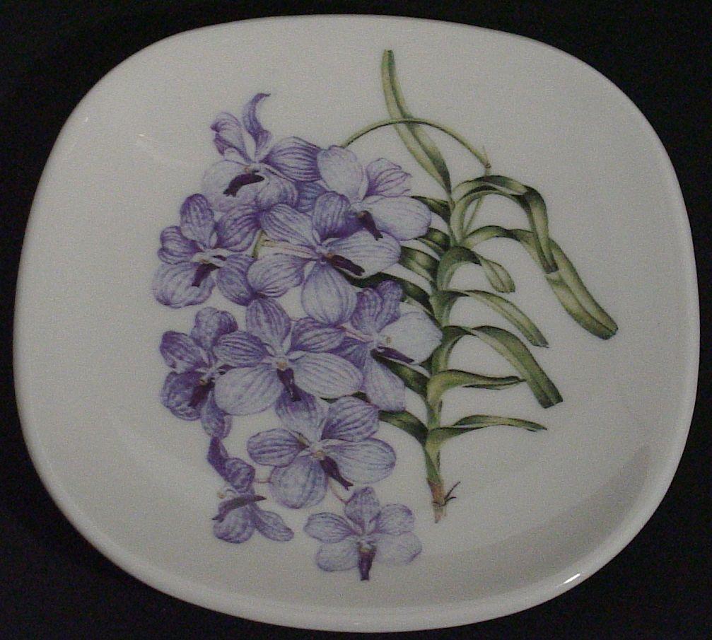 Handelsbolaget Halvgammalt. Liten prydnadstallrik - blå orkide - WWF