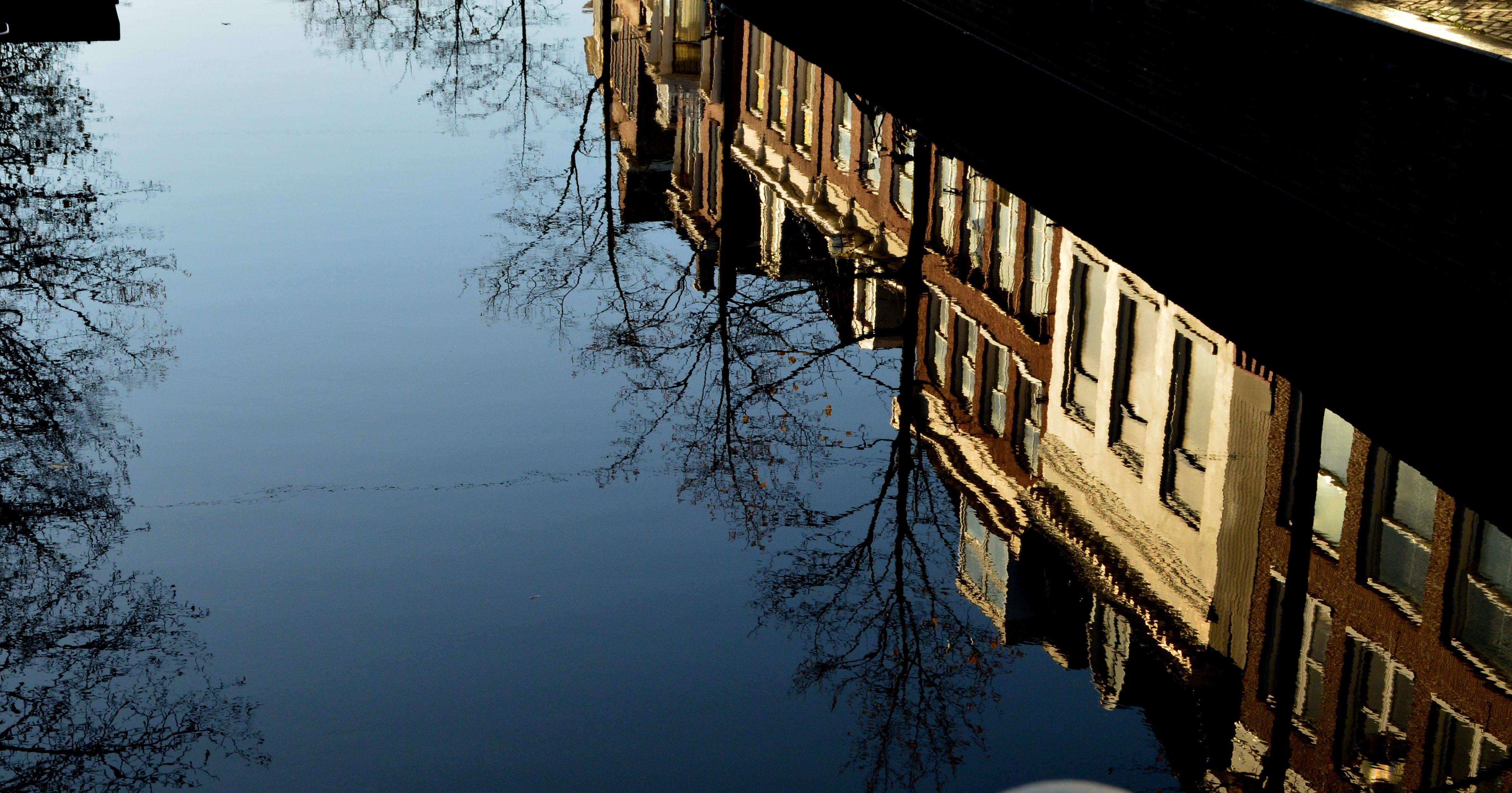 Reflectie van de Voorstreek in de gracht, Leeuwarden - eigen foto, 13-11-'14