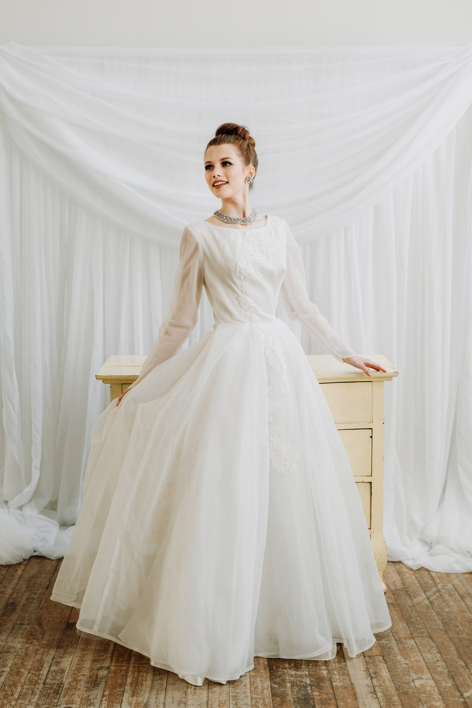1950s White Wedding Dress Chic Vintage Brides Boho Wedding Gowns Wedding Dresses Timeless Wedding Dress [ 3000 x 2000 Pixel ]