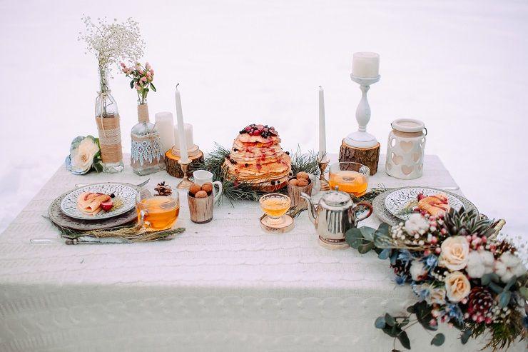Winter wedding table decorations - wedding reception in the snow | fabmood.com #wedding #winterwedding #outdoorwedding #snow #bride #weddingcake #peach