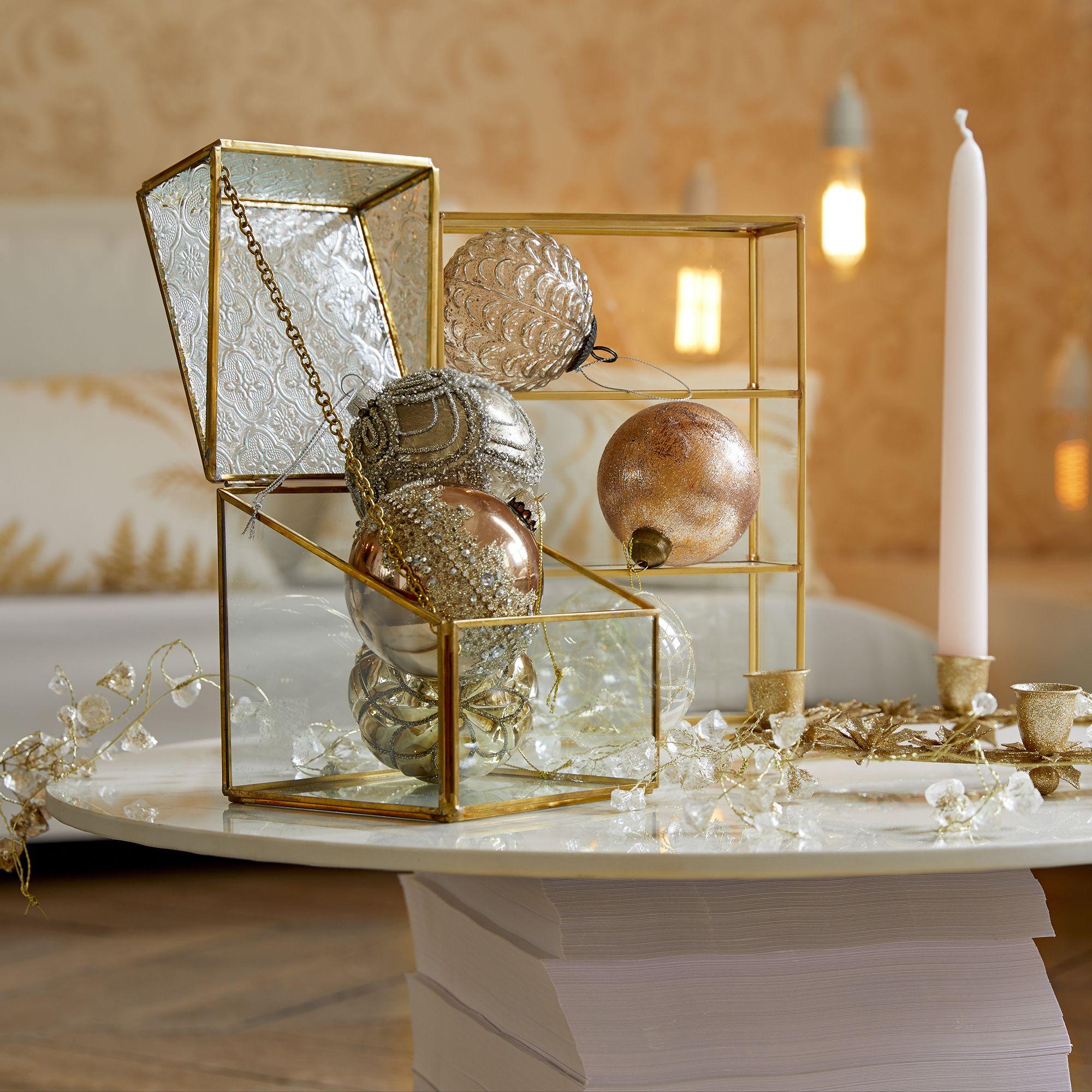 Une décoration chic pour votre sapin de Noël. | Vitrine murale, Parement mural, Decoration vitrine