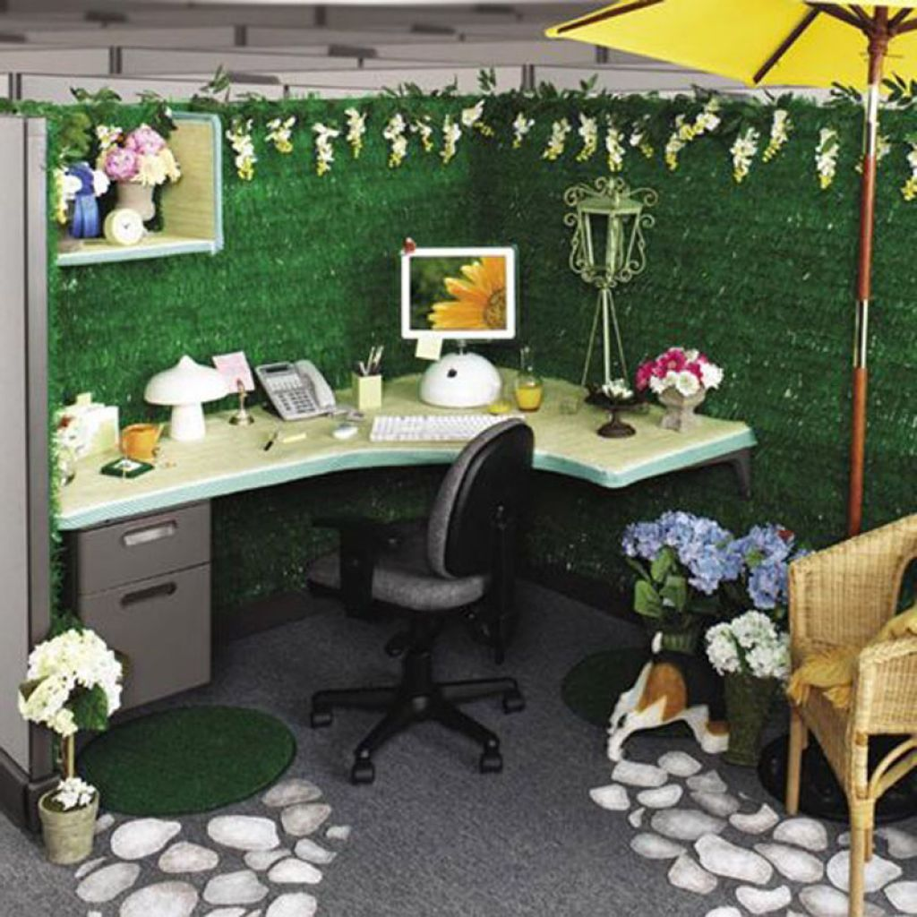 Garden theme for cubicle room design with faux green grass Office desk decoration ideas