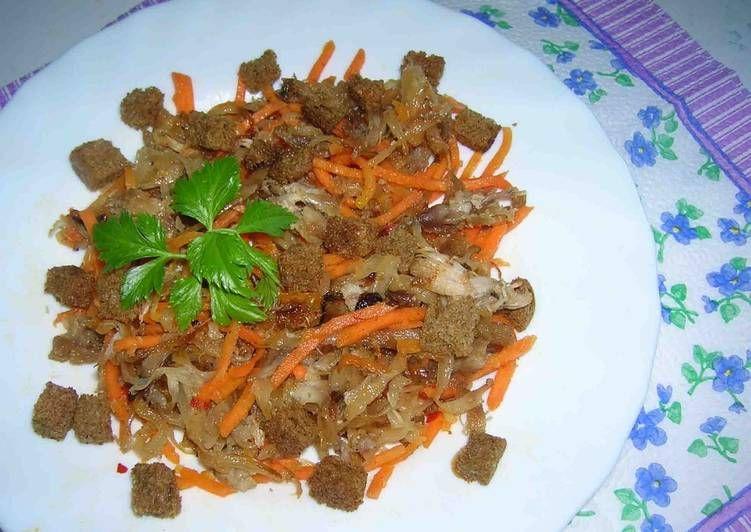 Салат из куриного мяса, квашеной капусты и корейской ...