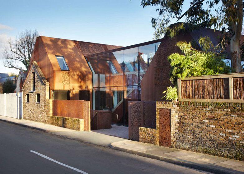 Kew House par Piercy  Company Façade métallique, Toit en pente et