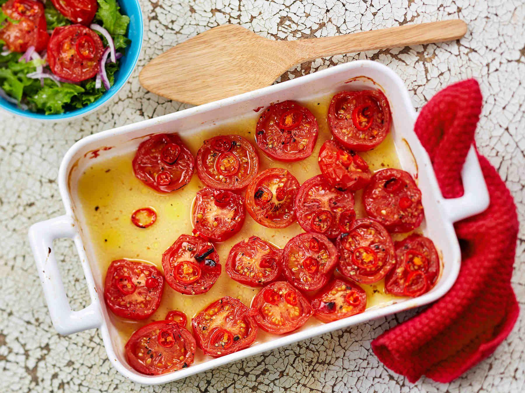 Paahda tomaattiherkku helposti uunissa! Paahdetut chilitomaatit maistuvat salaateissa, lisäkkeenä tai vaikkapa pastan kanssa.