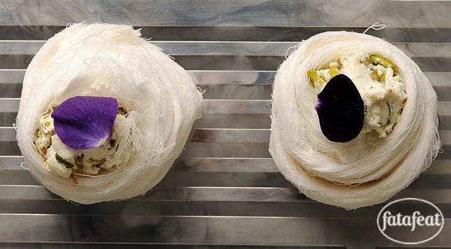 فتافيت غزل البنات الكلاسيكية مع القشطة والفستق الحلبي East Dessert Dessert Recipies Arabic Dessert