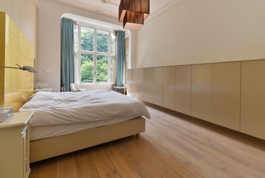Slaapkamer in bezit gouden hoofdbord kast meter