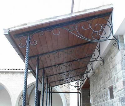 Tettoie tettoie in ferro battuto tettoia per terrazzo for Grate in legno per balconi