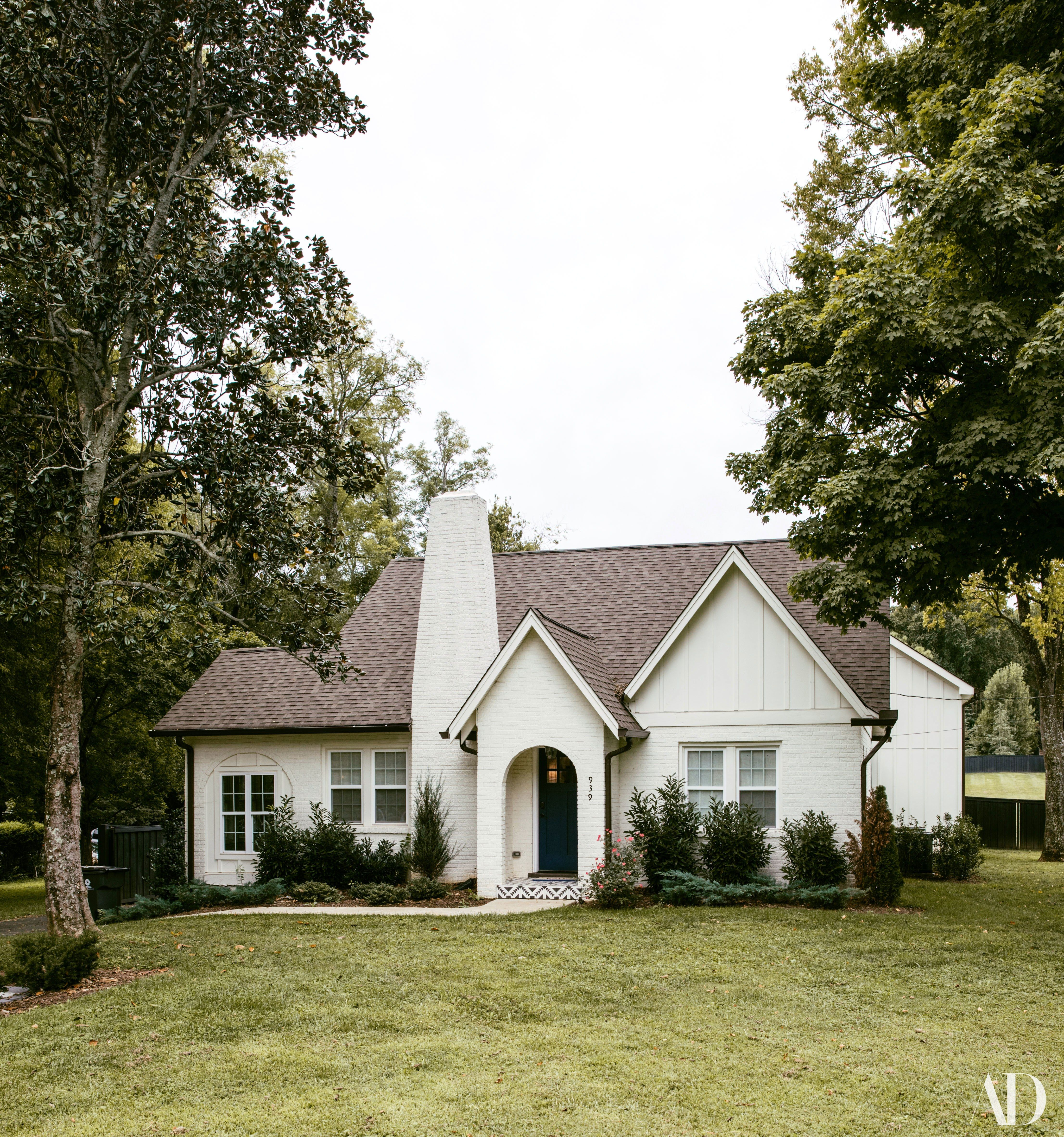 See How Tish Cyrus Transformed Her Family S New Home Base In 2020 Modern House Design House Designs Exterior House Exterior