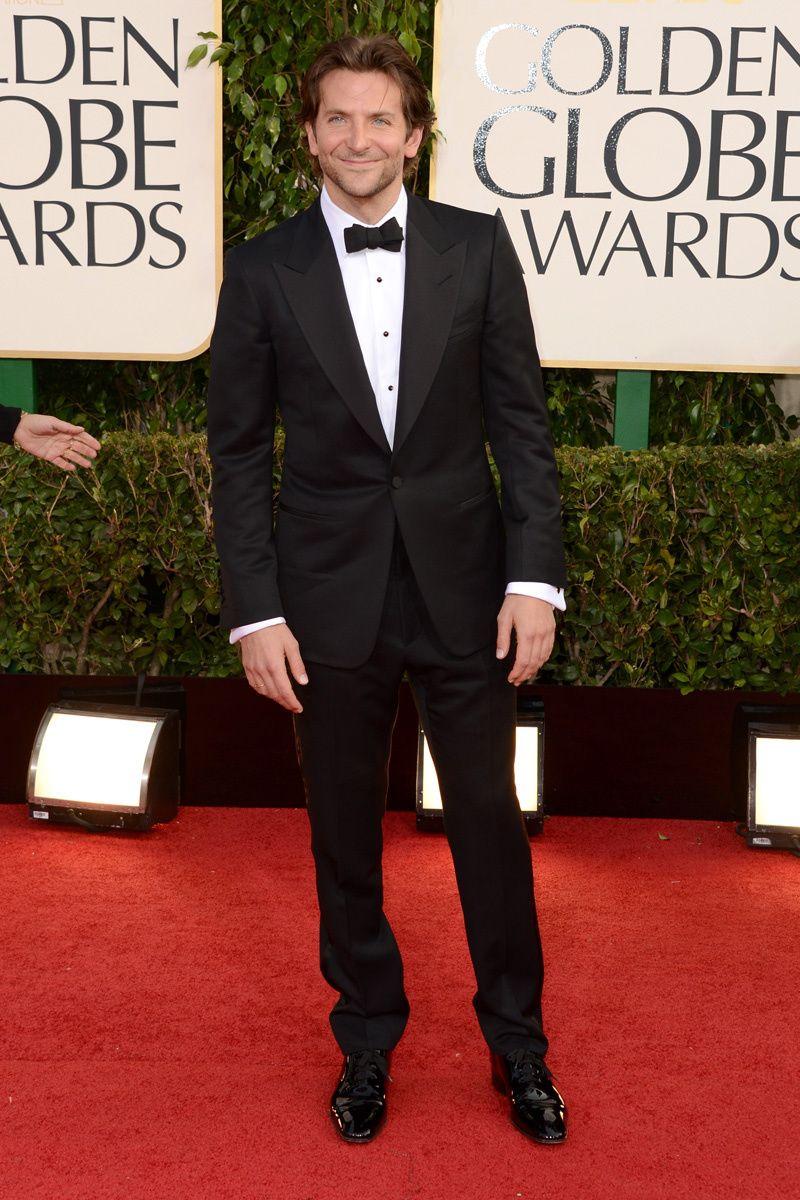 fd5ea5598 Los hombres mejor vestidos en los Globos de Oro 2013  Bradley Cooper Nadie  le tiene que dar lecciones de cómo llevar un esmoquin. Él directamente  parece que ...