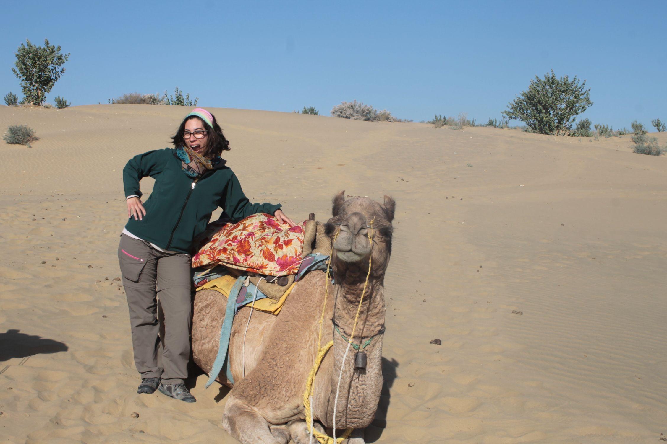 Roser triumfante junto a su camello