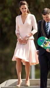 Todas quieren lucir como Kate. Los trajes que la duquesa de Cambridge ha lucido en su viaje a Nueva Zelanda y Australia han causado tal furor, que algunos modelos se agotaron enseguida y los clientes colapsaron las páginas web de marcas que vistió.