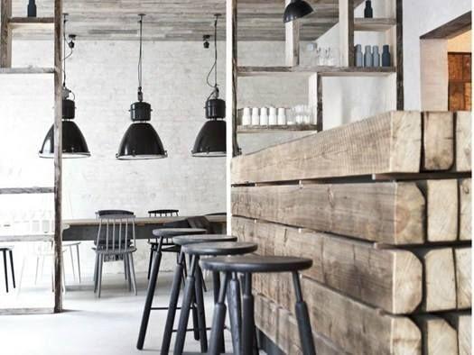 Il legno usato per il design di questo bancone da bar