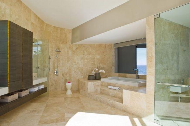 Großes Badezimmer Marmor Fliesen Sandfarbe Holzschränke U2026