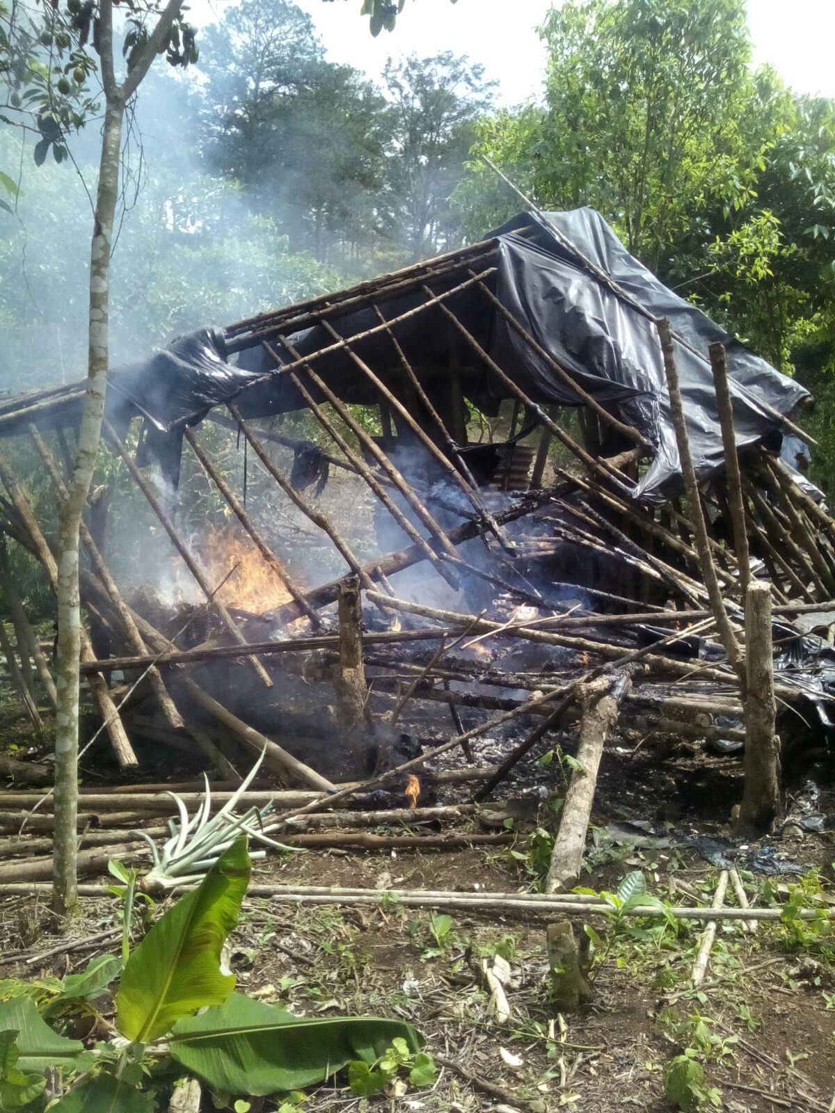 Desalojan a varias familiares que habían invadido unos terrenos en Santa Cruz de Yojoa - http://bit.ly/1jPizWl