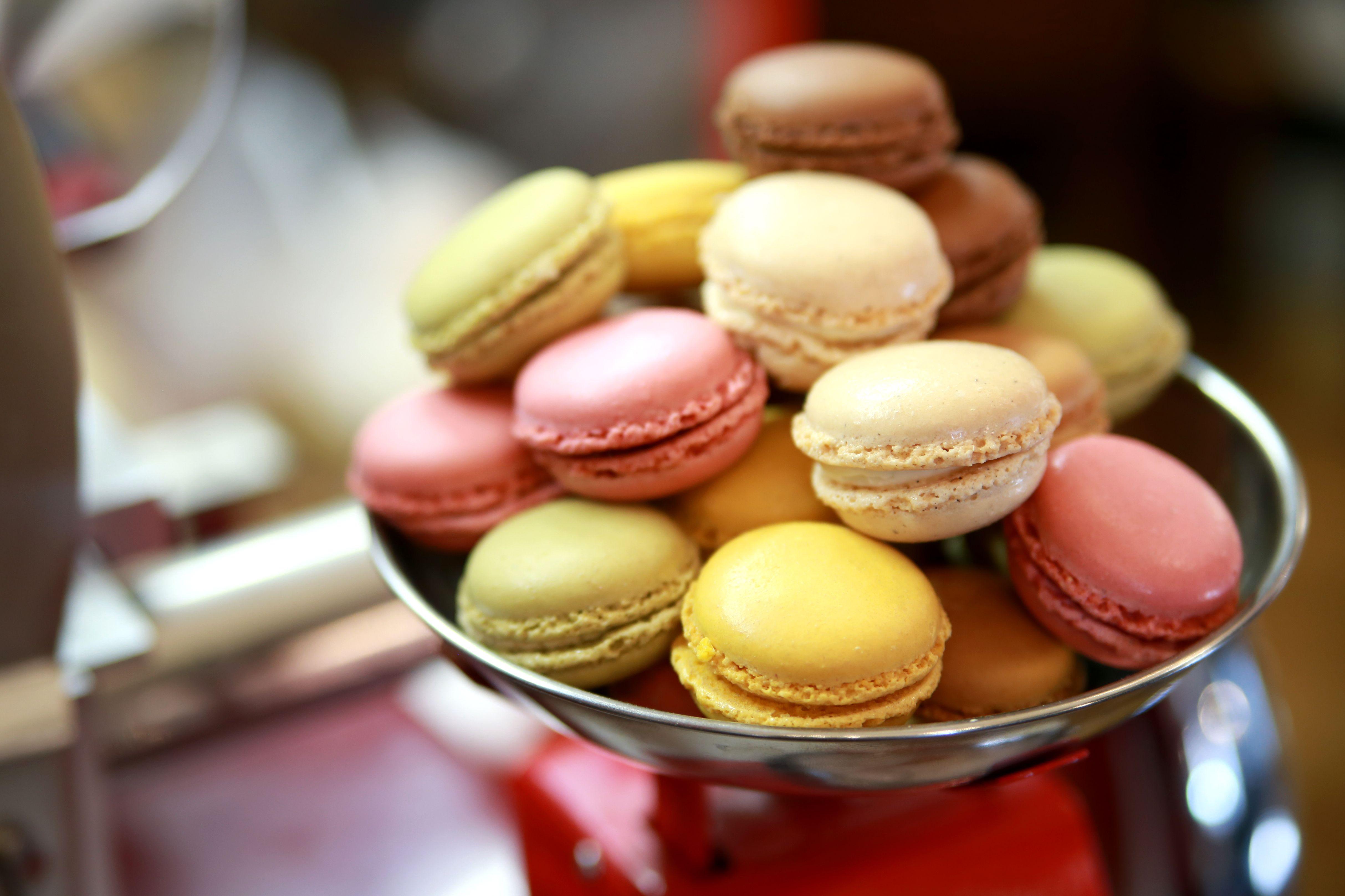 W Fantastycznym Barze Bubbles Mozecie Nie Tylko Napic Sie Dobrego Szampana I Zjesc Kolacje Ale Takze Wpasc Na Cos Slodkiego Nasze Desserts Food Mini Cupcakes