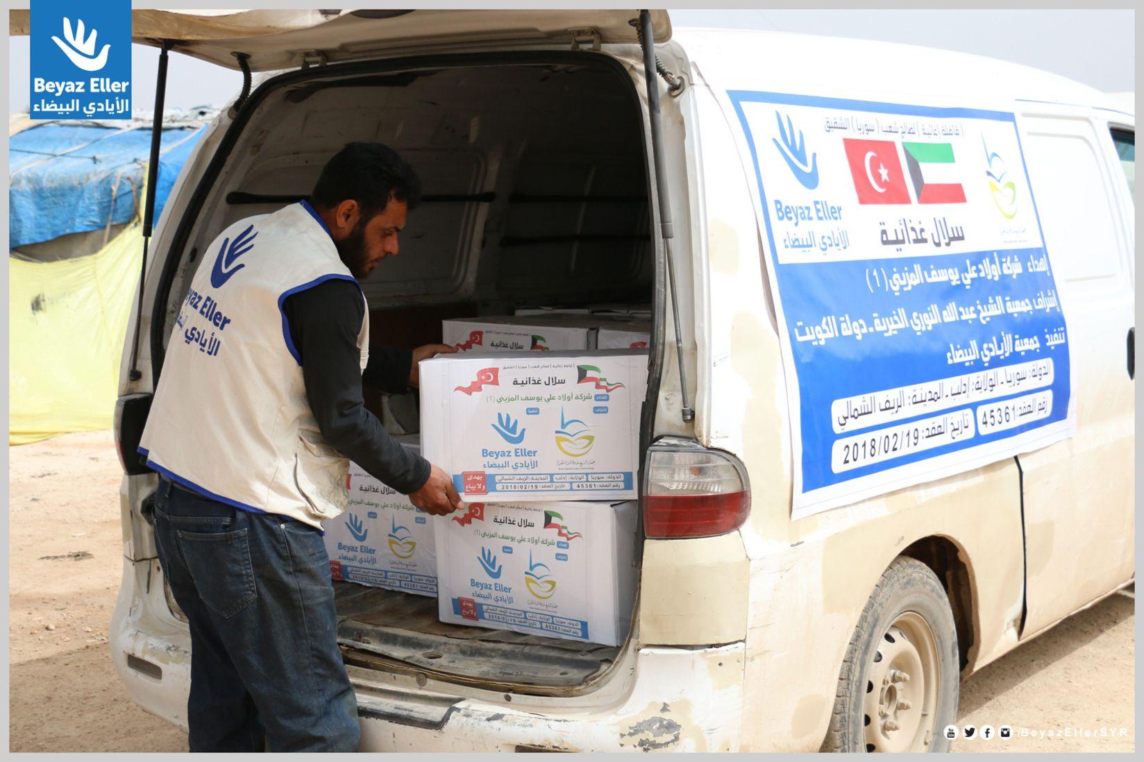فريق الأيادي البيضاء أثناء توزيع سلة غذائية على النازحين في ريف إدلب بدعم جمعية الشيخ عبد الله النوري الخيرية Instagram Van Vehicles