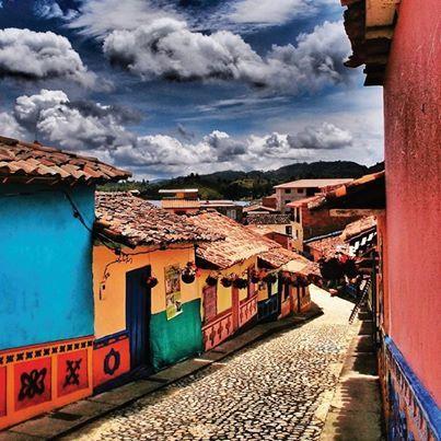 Sol, paisajes y muchos colores, así es Guatapé.