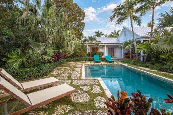 idee amenagement jardin avec piscine, chaise longues en bois, buis ...