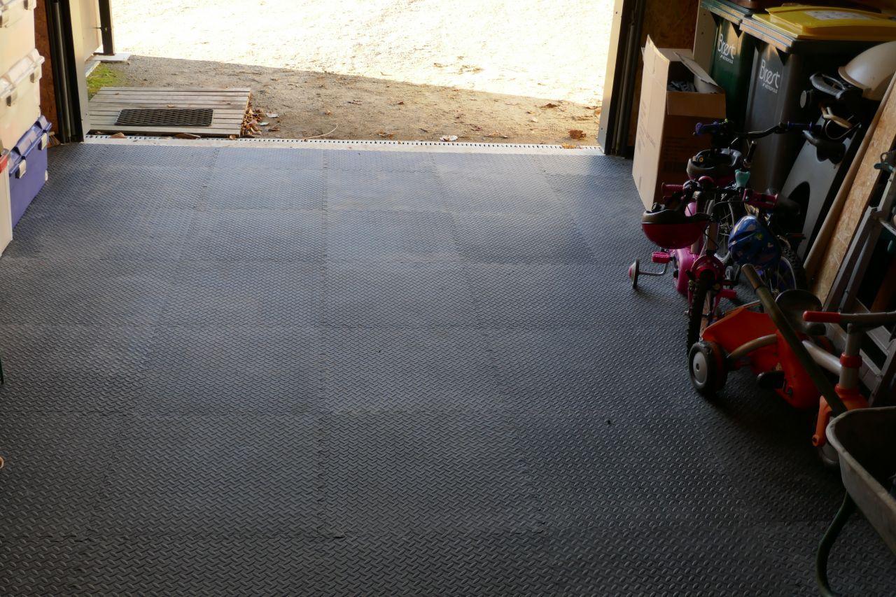 Revetement De Sol En Plaque Dans Le Garage Mieux Que Le Ciment  # Abri De Jardin En Plaque Ciment