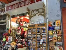 En mi viaje de España yo vi a el recuerdo tienda. Yo compré un recuerdo para mi hermano.