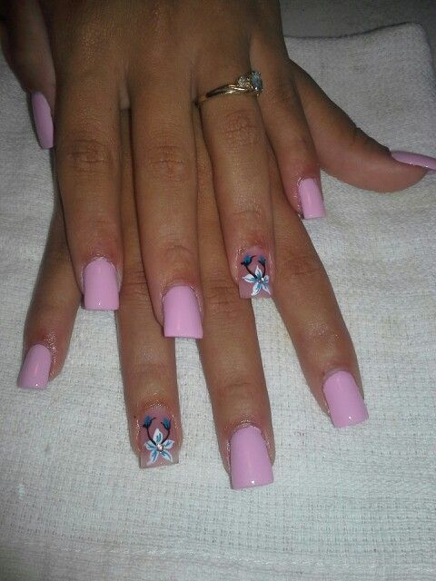 Cotton candy nails, con flor blanca y azul turquesa.