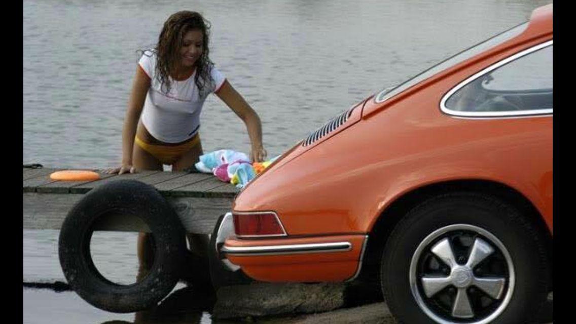 Porsche 911 tire change girl