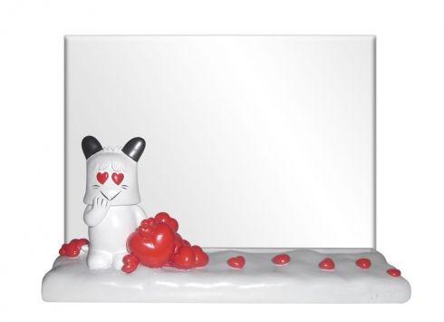 HELLO SPANK PORTA FOTO HEARTS  Porta foto Hello Spank love con base in resina di colore bianca e cuoricini rossi e portafoto in plastica trasparente 18x13 cm.