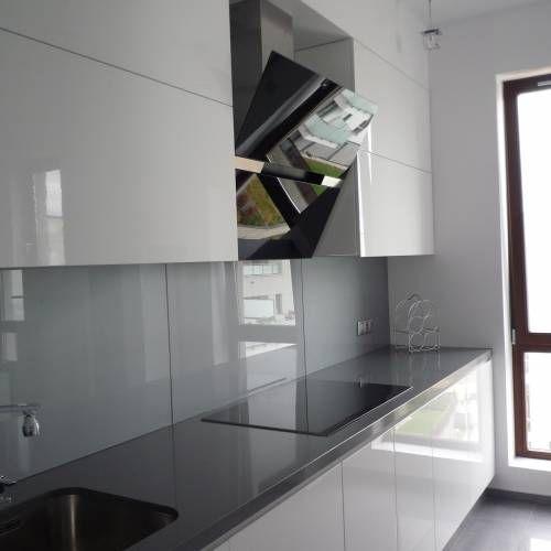 Bialo Szara Kuchnia W Ktorej Jedynym Wyraznym Akcentem Jest Czarny Okap Nascienny Kitchen Inspirations Kitchen Design Kitchen Decor
