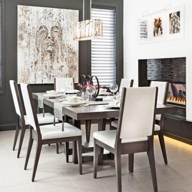 Le blanc et le noir charbon dominent cette salle à manger de style