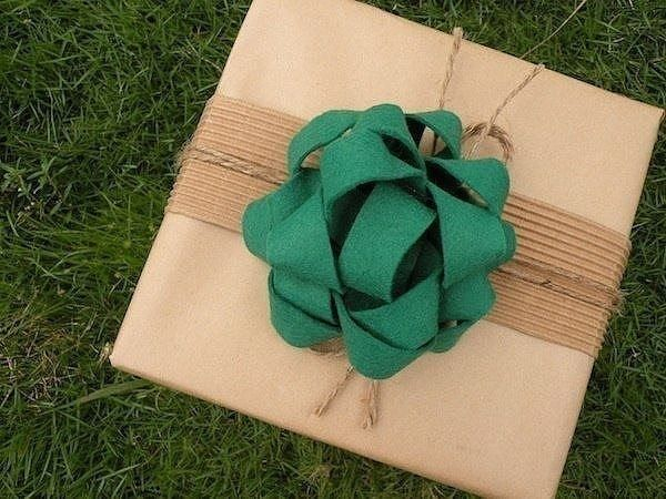 Украшаем подарочную упаковку красивым бантиком из фетровых ленточек