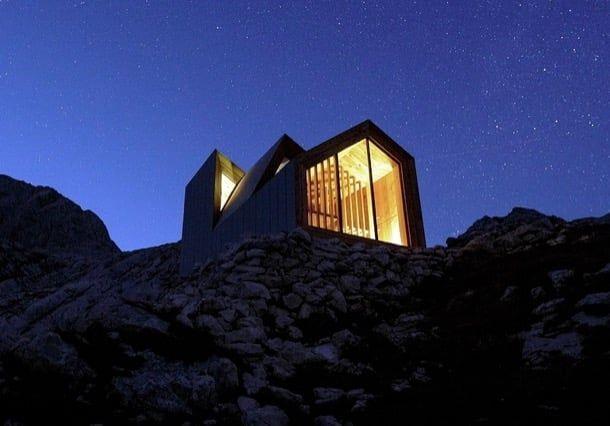 Refugio alpino skuta con paneles de hormig n y fibra de vidrio mas p neles de madera en el - Refugios de madera prefabricados ...