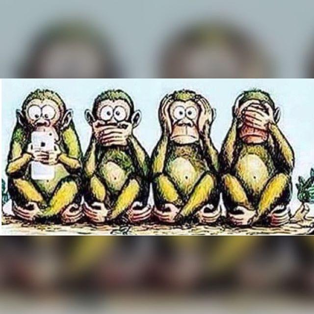 وأخيرا ظهر القرد الرابع الذي تفوف على أصحابه الحكماء الثلاثة لا يرى لا يسمع لا يتكلم سترك يا رب Beautiful Arabic Words Arabic Words Enamel Pins