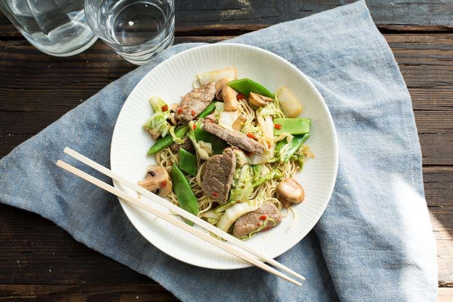 noodles met gewokte biefstukreepjes en chinese kool - koken met