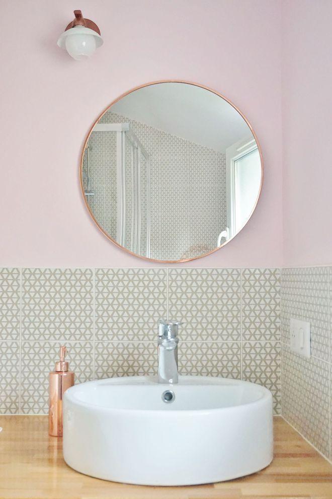 Une salle du0027eau cosy et féminine avec un carrelage graphique - carrelage salle de bain petit carreaux