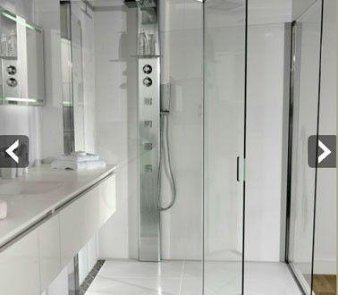 Douche Italienne dans petite salle de bain avec carrelage