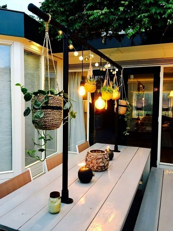 holiday homes that please and inspire   Beautiful holiday homes that please and inspire    deco terrasse toiture tapis exterieur auvent canisse plantes pots fauteuil egg...
