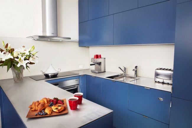 kuche-u-form-klein-matt-blaue-fronten-edelstahl-arbeitsplatte ...
