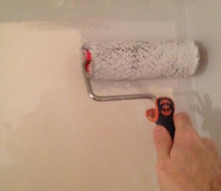 16 - Commencez par peindre un coin de mûr toujours du plafond vers