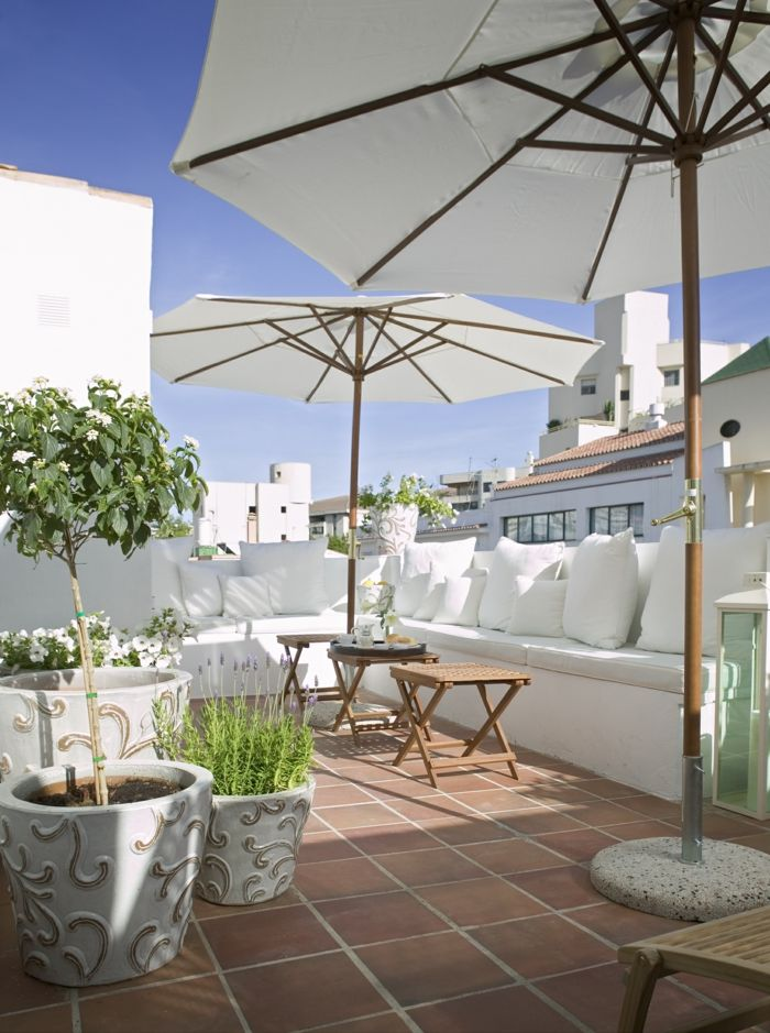 terrasse gestalten außenmöbel schhicke blumentöpfe sonnenschirm - terrasse aus holz gestalten gemutlichen ausenbereich