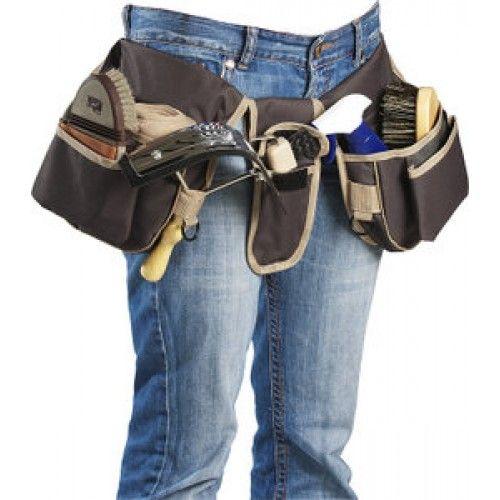Ideaal voor de grooms,voor op stal of op concours. De nylon grooming riem maakt het mogelijk al uw noodzakelijke materiaal altijd bij u te hebben. Verstelbare clipsluiting aan de taille. Twee grote zakken met daarop een kleinere zak, lussen en ringen. En een kleinere zak met klep, voor uw borstels, hoefkrabbers, kalkoenen, elastiekjes, snoepjes, sporen, bescherming enz.… Eenmaal klaar kunt u hem op rollen en opgerold houden door middel van drukknopen. Zo neemt hij minder plek in.