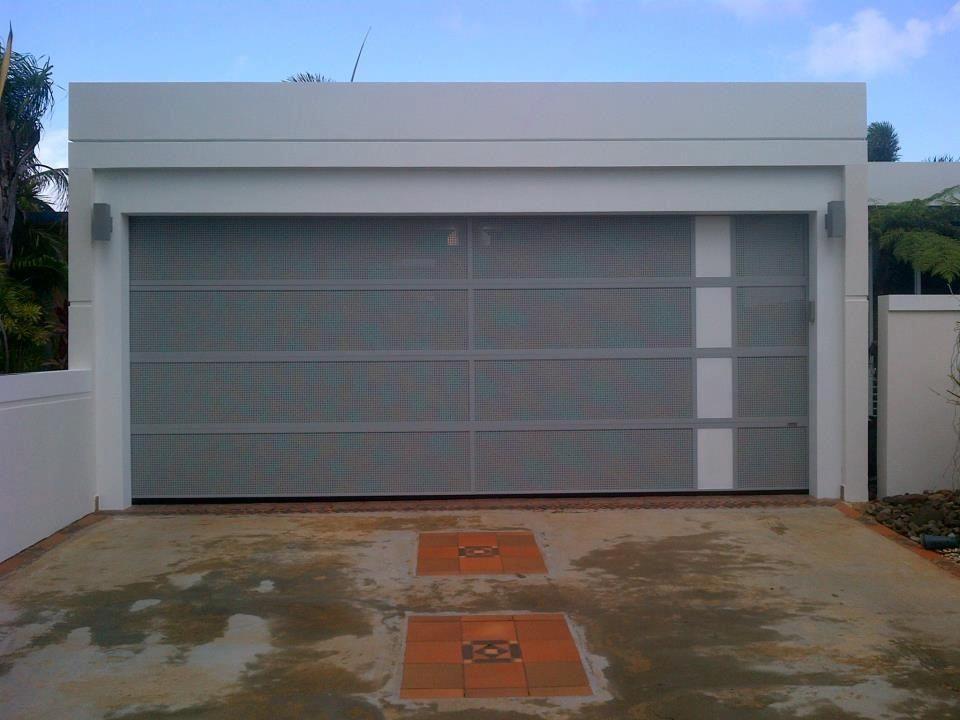 Puerta de garaje que permite el 92 del aire libre en tu for Marquesinas para puertas