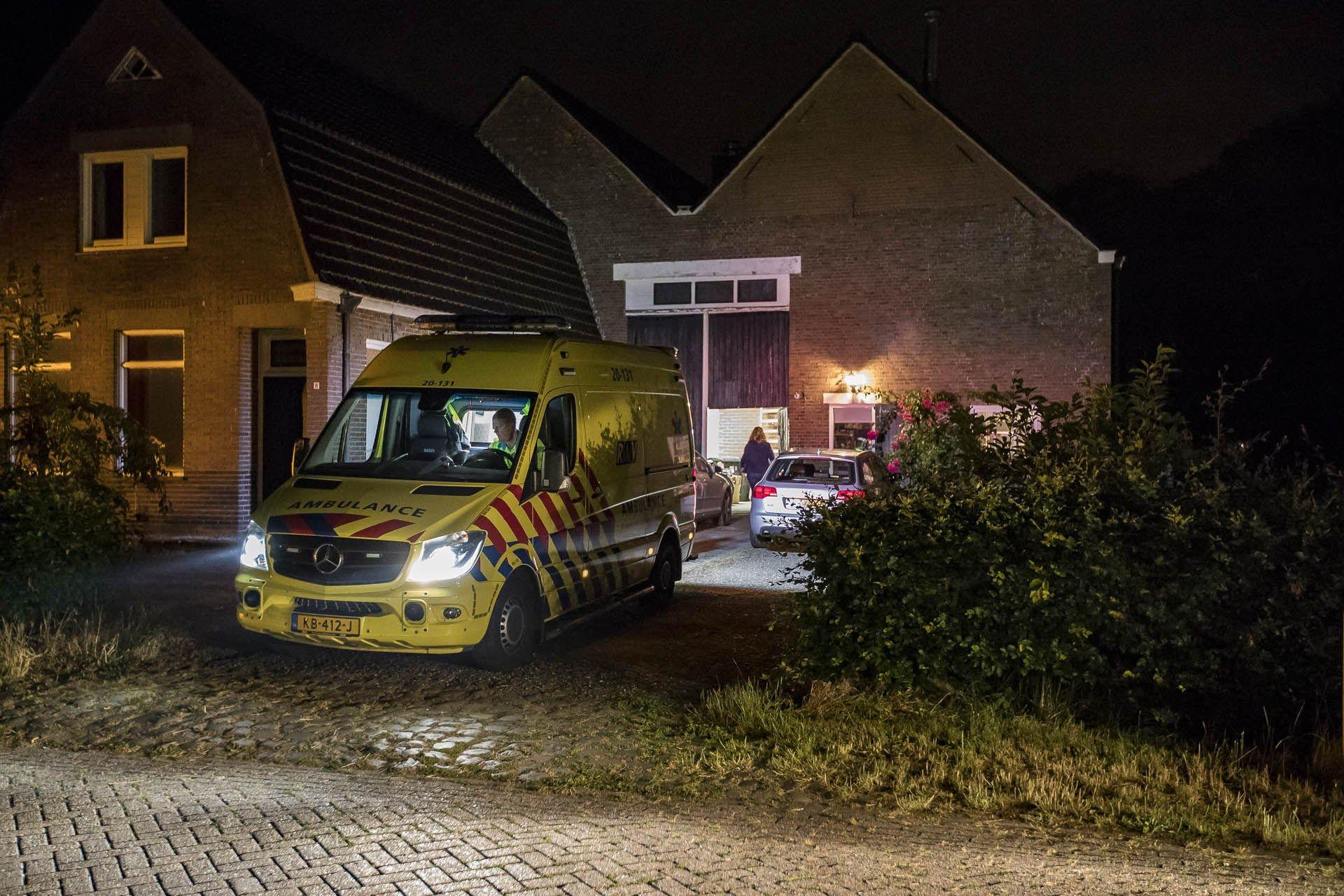 Man Gewond Na Val Van Trapje In Woning Oosteind Brabant Actueel Man Ambulance Hoogwerkers