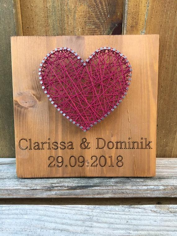 Fotos de regalo de boda, iniciales e imagen de hilo de corazón en madera