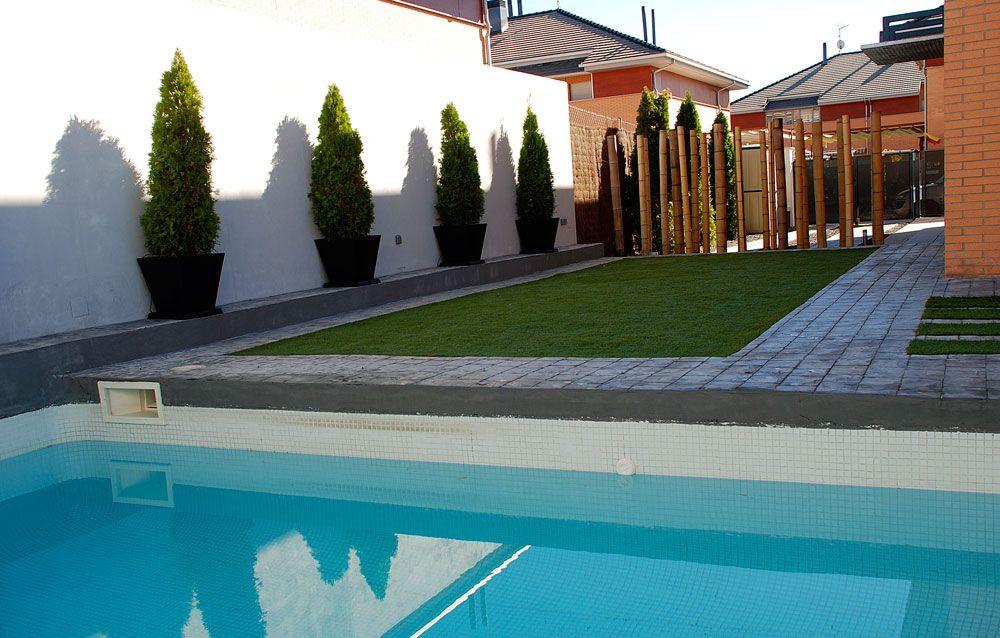 Jard n cl sico jard n con bajo mantenimiento c sped - Jardines con piscinas ...