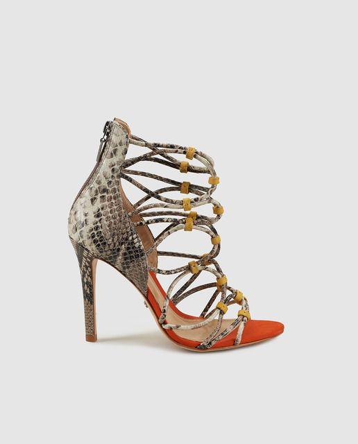 Sandalias de tacón elaboradas en piel vacuna de color naranja con estampado  de serpiente a contraste y tiras cruzadas con detalle en amarillo. 12fc8169fdce