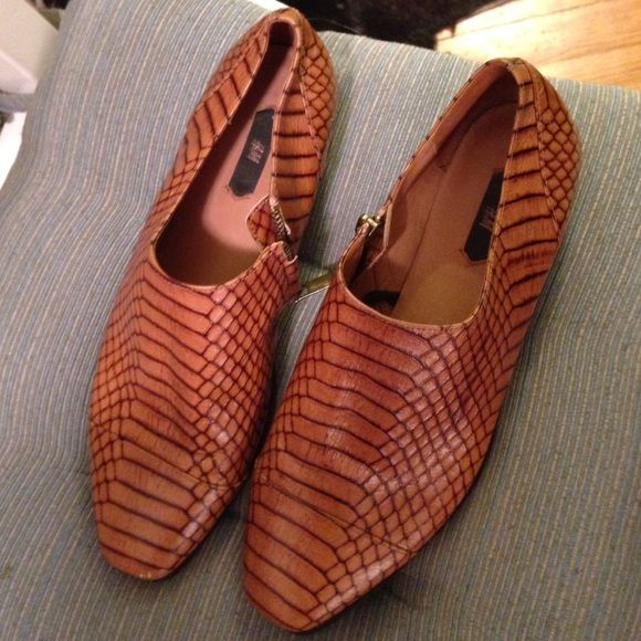 Snakeskin leather zip up tan flats sz 8 Worn twice Tan super soft leather snakeskin pattern comfy flats from H&M. So cool. Side zip up. Sz 39 but fits size 8 perfectly, which is what I always am. Amazing leather quality. Perfect to wear j to spring. H&M Shoes Flats & Loafers